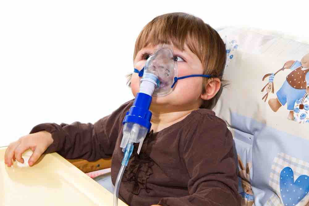 Niño con nebulizador