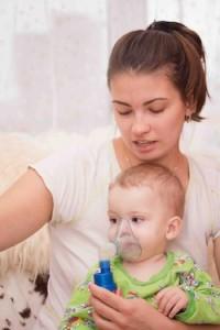 Niño con asma y nebulizador